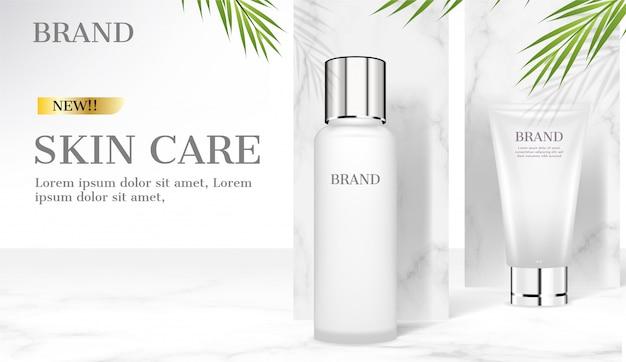 Productos para el cuidado de la piel sobre fondo de mármol con hojas de coco verde