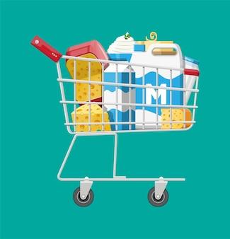 Productos lácteos en carrito de plástico con queso, requesón y mantequilla. comida diaria. productos agrícolas frescos tradicionales.