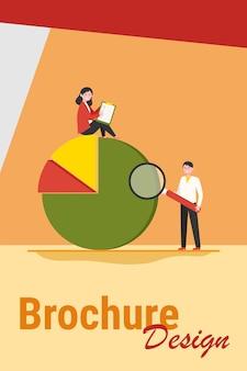 Profesionales analizando diagrama. dos personas con formulario de encuesta y lupa, ilustración de vector plano de gráfico circular. análisis, concepto de informe de marketing