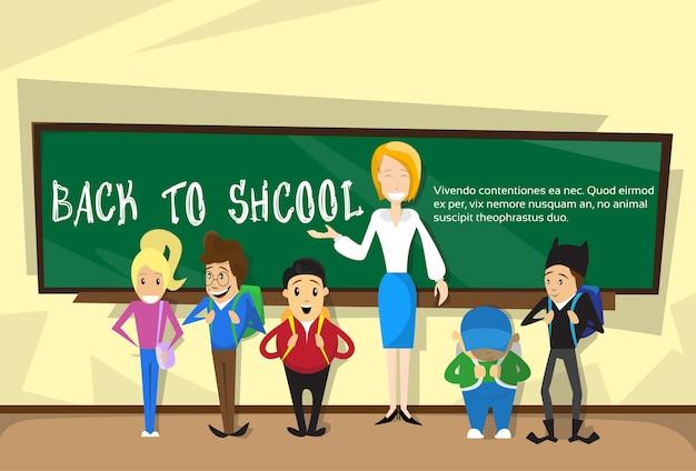 Profesor con alumnos en clase volver a la educación escolar banner