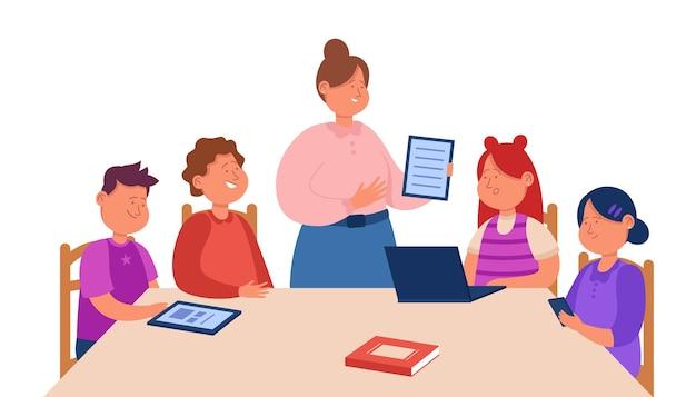 Profesor de dibujos animados explicando la tarea a los niños sentados en la mesa