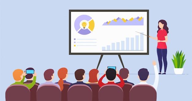 El profesor de la mujer de negocios lleva a cabo una conferencia que presenta datos de comercialización