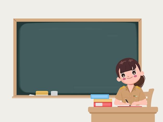 Profesor sentado en el aula con pizarra