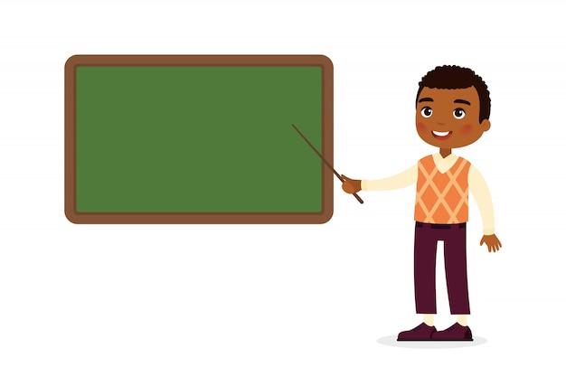 Profesor de sexo masculino de piel oscura junto a la ilustración plana de pizarra. tutor sonriente que señala en la pizarra en blanco en personaje de dibujos animados del aula. proceso educativo.