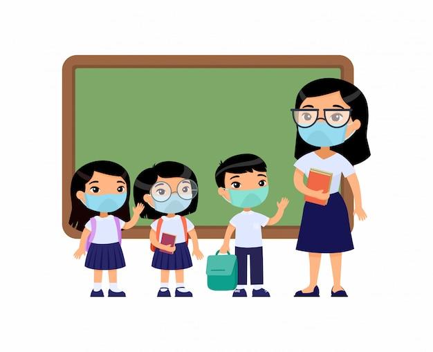 Profesora asiática y alumnos con máscaras protectoras en el rostro. niños y niñas vestidos con uniforme escolar y maestra apuntando a personajes de dibujos animados de pizarra. protección respiratoria