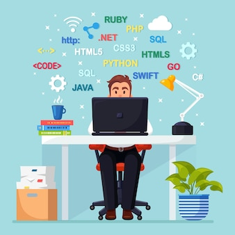 Programación, codificación. programador sentado en el escritorio y trabajando. mesa de oficina con laptop, documentos