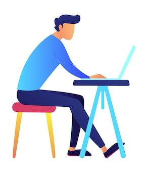 Programador masculino que usa la computadora portátil en el ejemplo del vector del escritorio.