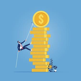Progreso empresarial, crecimiento, ganancia en efectivo, trayectoria profesional hacia el éxito, empresario trepando por una pila de monedas