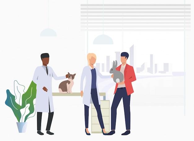 Propietario de gatos y conejos visitando veterinarios en clínica veterinaria