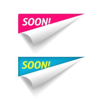 Próximamente pancarta en el pliegue de papel abatible de esquina, etiqueta adhesiva doblada de publicidad de lanzamiento de nuevo producto