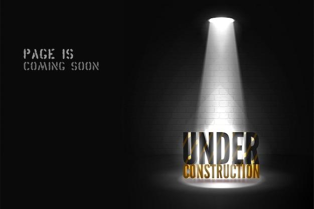 Próximamente se publicará un póster de la página web con texto en 3d en el reflector en la escena. bajo advertencia de construcción en el centro de atención sobre fondo negro. banner oscuro del sitio web con luz brillante.