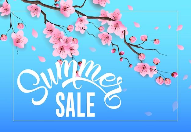 Publicidad estacional de venta de verano con ramita de sakura sobre fondo azul cielo.