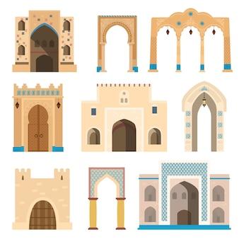 Puertas y arcos decorados con mosaicos, faroles, columnas.