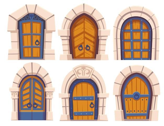 Puertas de madera del castillo medieval y arcos de piedra