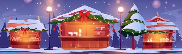 Puestos del mercado navideño, feria callejera de invierno con casetas de madera decoradas con ramas de abeto y guirnaldas de luces