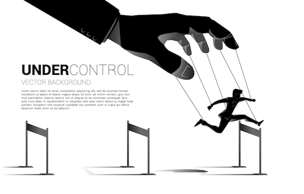 Puppet master que controla la silueta del empresario correr y saltar obstáculos obstáculo. concepto de manipulación y microgestión.