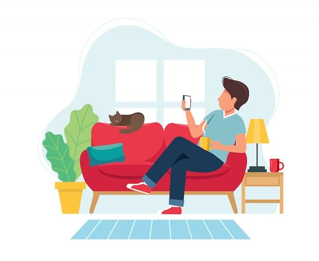 Quedarse en casa concepto. hombre sentado en el sofá con smartphone en acogedor interior moderno.
