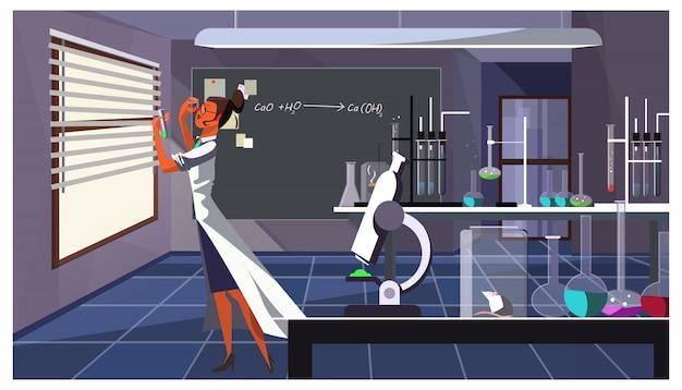 Químico de sexo femenino que controla el líquido en el ejemplo del tubo de ensayo