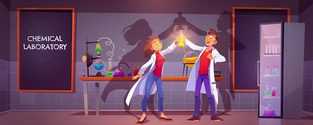 Químicos felices en laboratorio químico con matraz de vidrio con líquido brillante