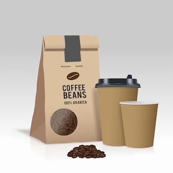 Quite la taza de café de papel y la bolsa de papel marrón con granos de café.