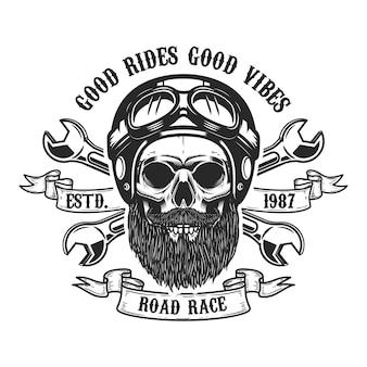 Racer cráneo en casco. elemento para emblema, signo, etiqueta, cartel. ilustración