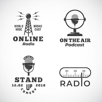 Radio en línea y emblemas abstractos de micrófono con torre de transmisión, letreros de micrófono o plantillas de logotipo