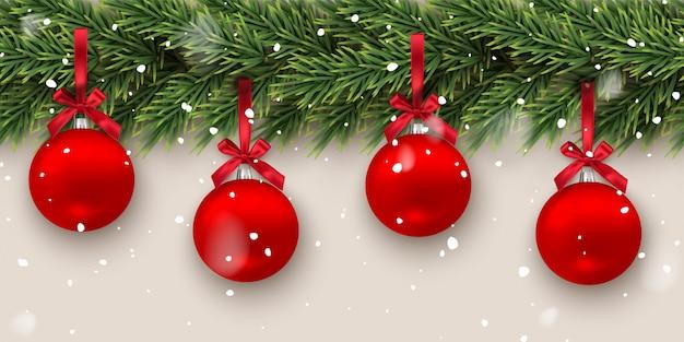 Rama de abeto con bolas de navidad rojas y nevadas, patrón horizontal sin fisuras