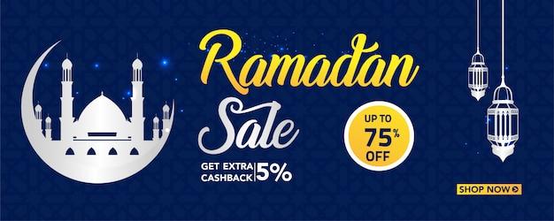Ramadán banner de venta con lámparas y adornos.