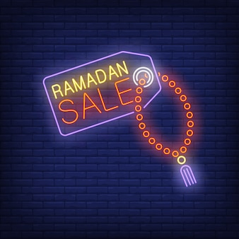 Ramadán sale texto de neón en la etiqueta con cuentas de oración