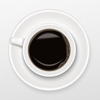 Realista de café negro caliente en una taza blanca, vista superior