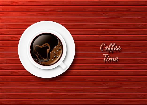 Realista taza de café caliente con un corazón y platillo en la superficie de las tablas de color rojo-marrón.