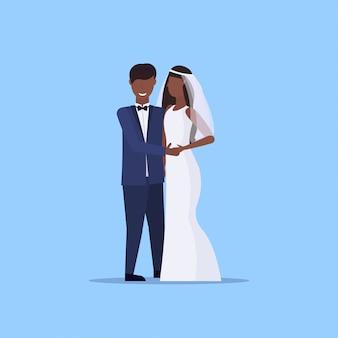 Recién casados hombre mujer de pie juntos pareja romántica novios cogidos de la mano día de la boda celebración concepto masculino personaje de dibujos animados femenino integral