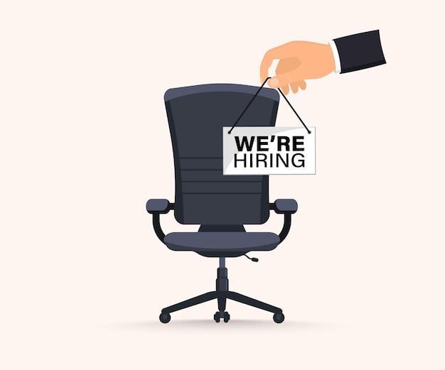 Reclutamiento o contratación, vacante abierta. concepto de contratación y contratación de empresas. estamos contratando. puesto vacante con silla de oficina vacía con vacante con un cartel te necesitamos. ilustración de vector de silla de oficina