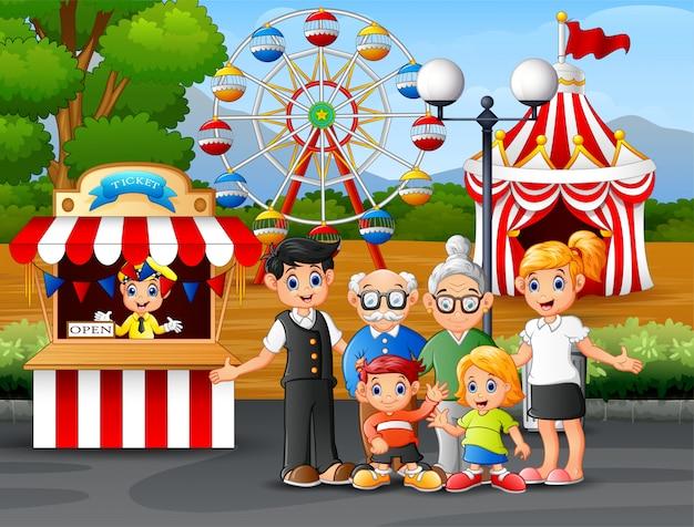 Recreación familiar feliz en el parque de atracciones