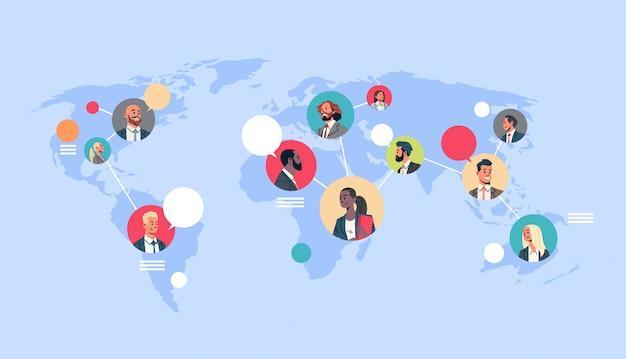 Red de personas mapa del mundo burbujas de chat comunicación global
