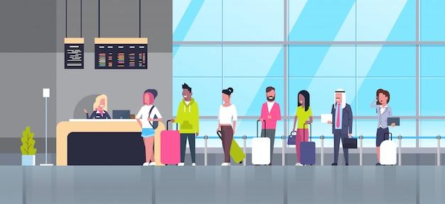 Regístrese en el grupo de aeropuertos de los pasajeros de la carrera mixta que se colocan en la cola del mostrador, concepto de tablero de salidas