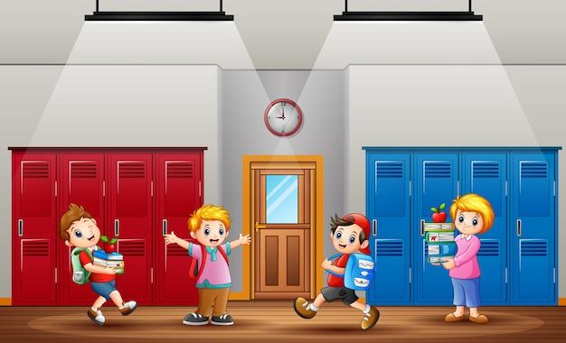 De regreso a la escuela, los alumnos regresan a la escuela después de las vacaciones.