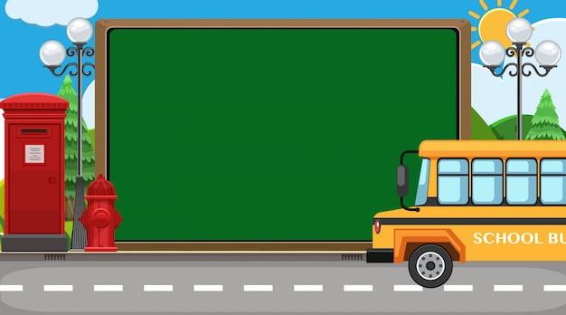 Regreso a la escuela firmar con el autobús escolar en el fondo de la carretera
