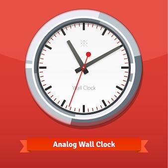 Reloj de pared de diseño en una carcasa de metal