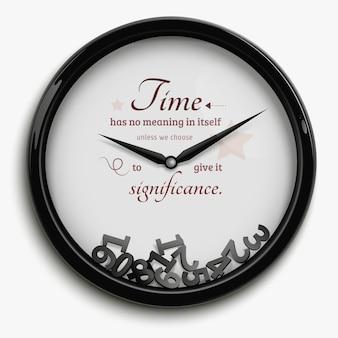 Reloj de pared en diseño original con tiempo parado aislado sobre fondo blanco