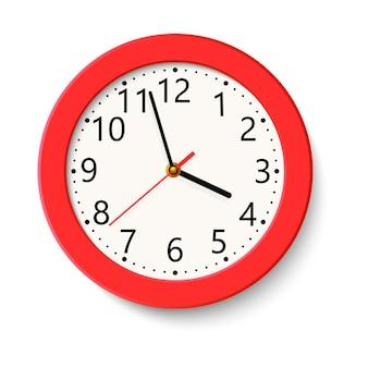 Reloj de pared redondo rojo clásico aislado en blanco