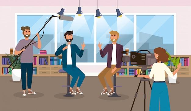 Reportero de hombres en el estudio y cámara con equipo de videocámara.