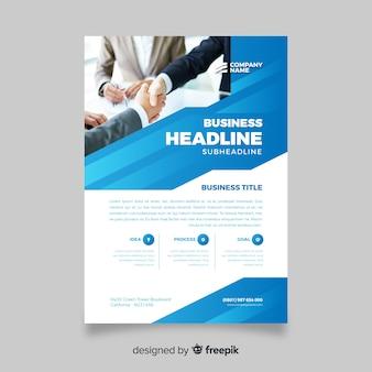 Resumen folleto de negocios con hombres dándose la mano