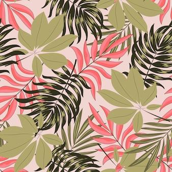 Resumen de patrones tropicales sin fisuras con hojas y plantas brillantes sobre un fondo beige