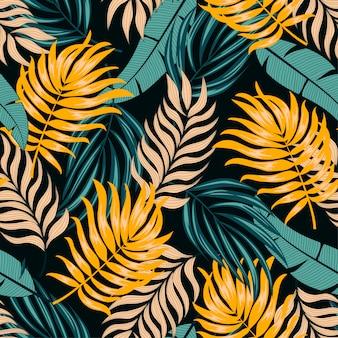 Resumen de patrones tropicales sin fisuras con hojas y plantas brillantes sobre un fondo oscuro