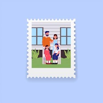 Retrato de familia en jardín en sello de dibujos animados ilustración