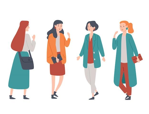 Retrato de un grupo de cuatro mujeres jóvenes de pie juntos