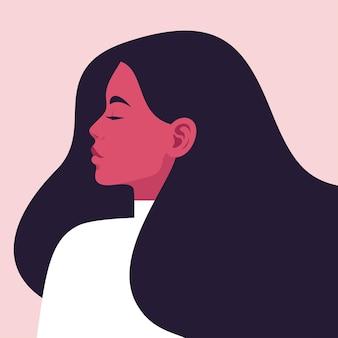 Retrato de una joven bella mujer de perfil con cabello largo que fluye