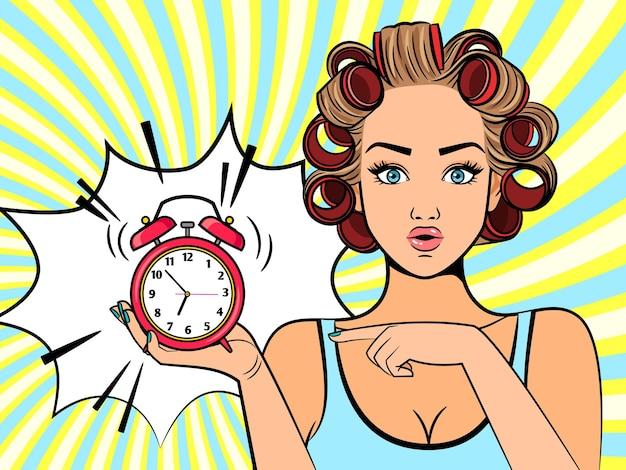 Retro chica alarmada. carácter hermoso de la mujer del arte pop que mira el reloj con los rizadores de pelo y la ilustración del lápiz labial de la boca
