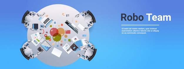 Reunión del equipo robótico que analiza los robots de datos de gráficos financieros que trabajan en computadoras sentados en el escritorio